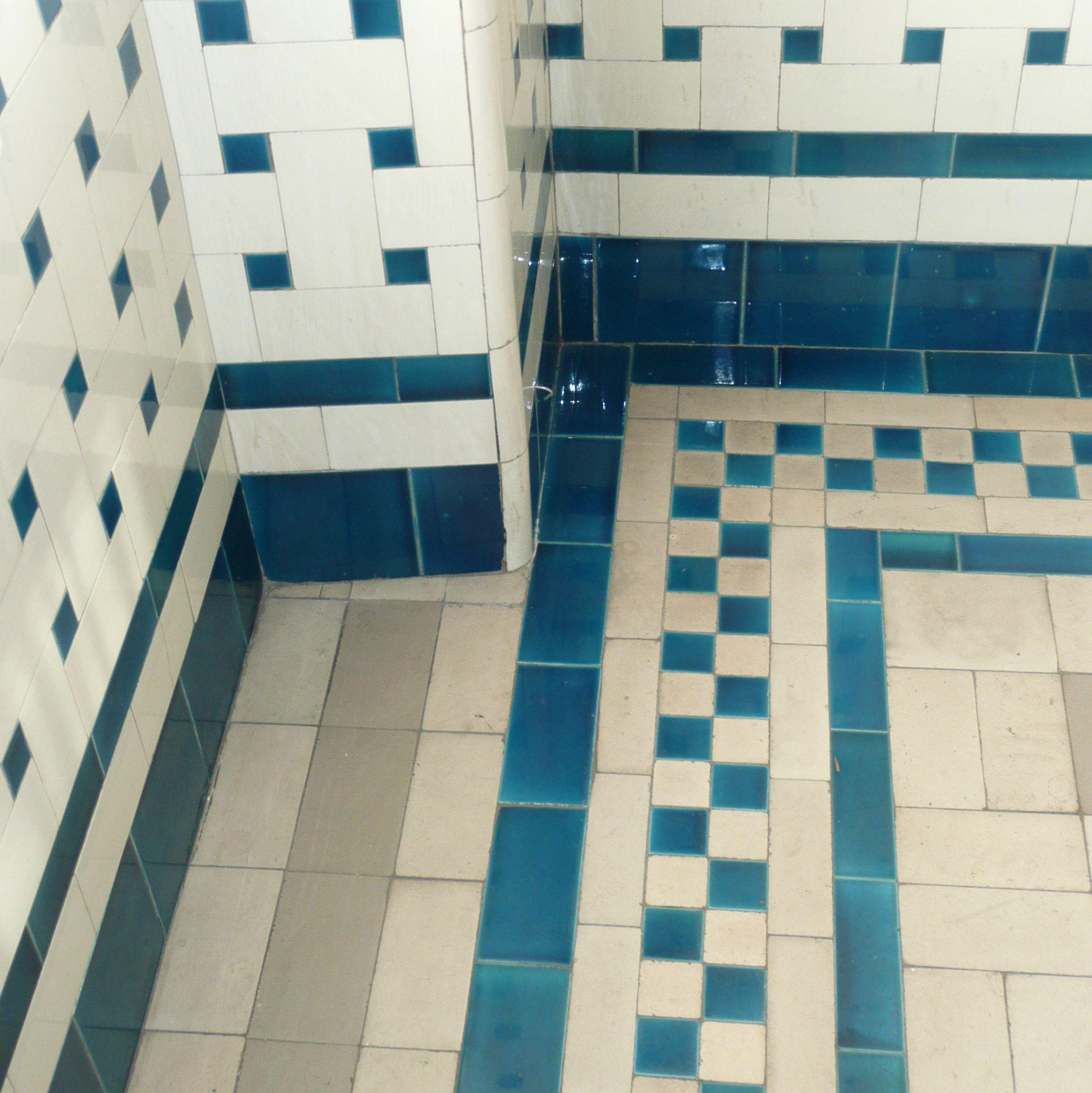 Les salles de bains du mus e nissim de camondo tous for Carrelage damier rouge et blanc