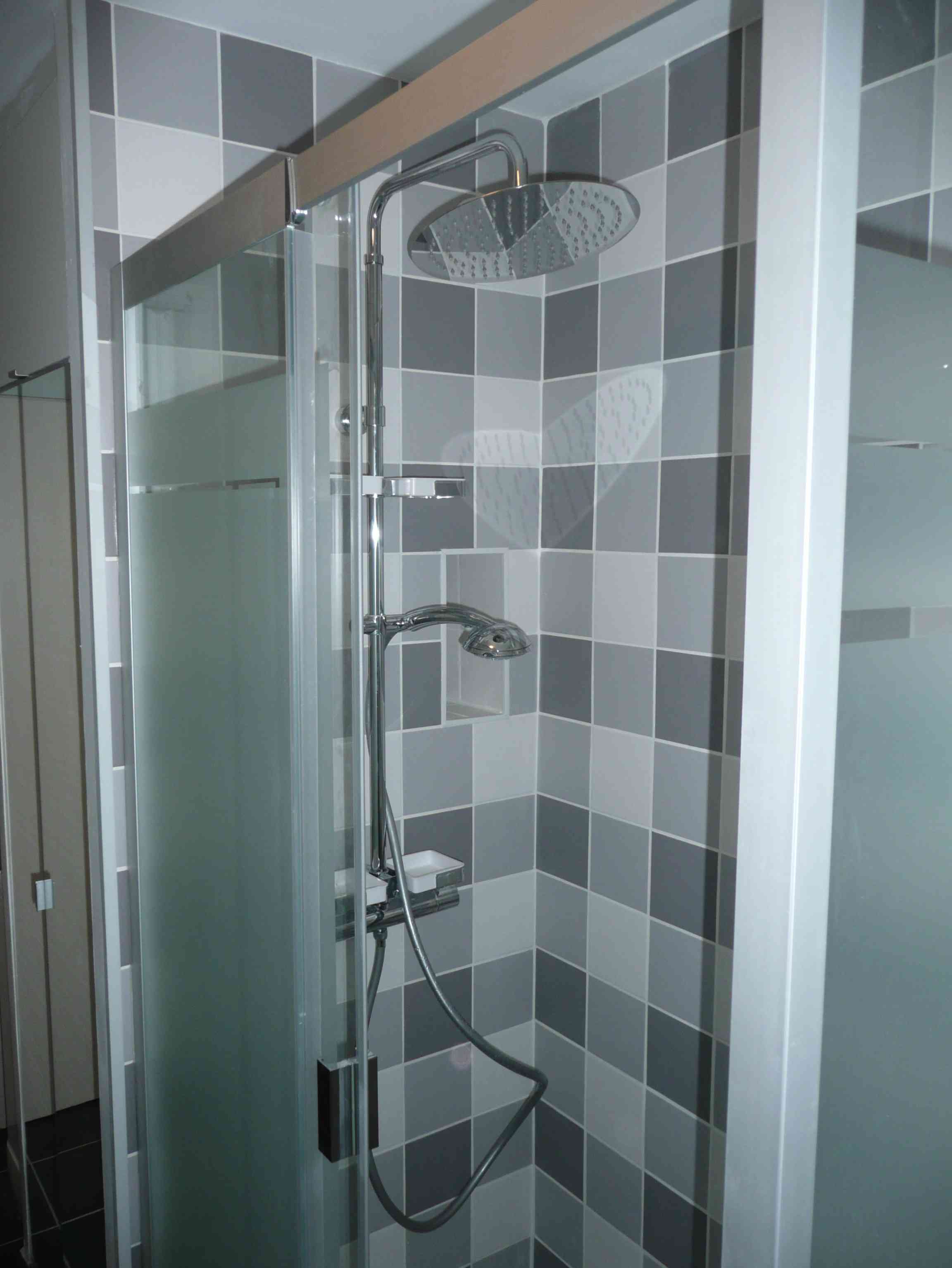 1 an 3 salles de bain 3 gris et blanc tous les for Carrelage salle de douche