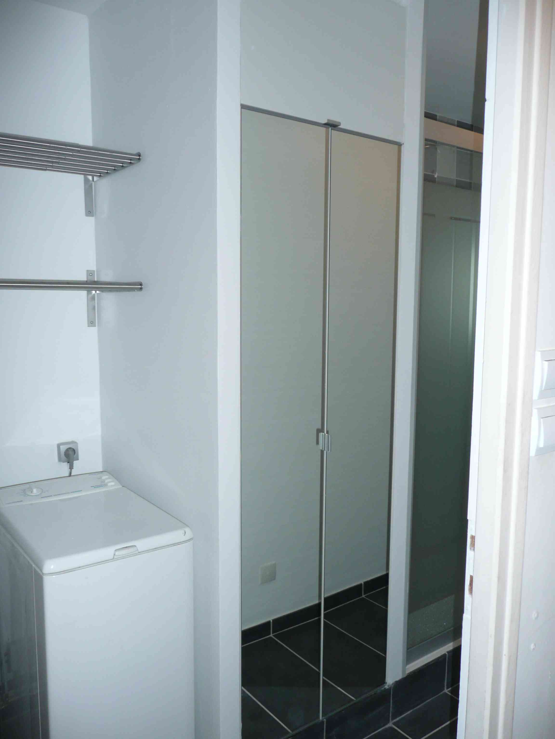 1 an 3 salles de bain 3 gris et blanc tous les for Salle de bain dans un placard