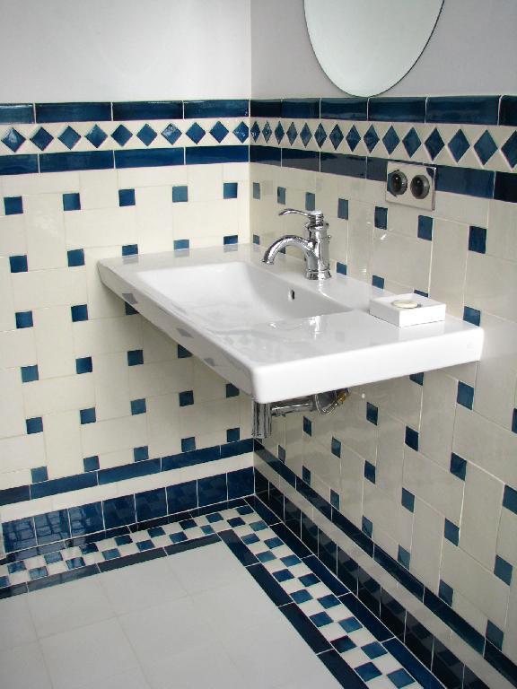 Salle de bain carelage replique musee camondo paris for Salle de bain 1930