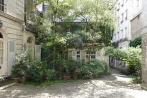 Paris jardin avec treillage dans cour 2014